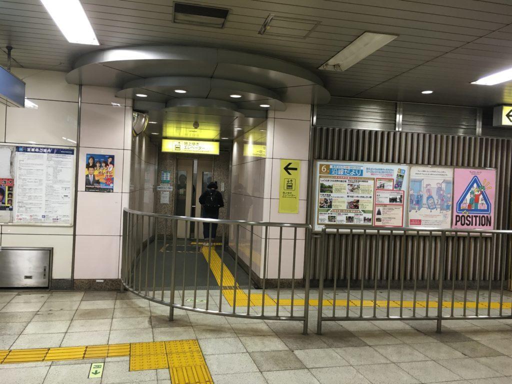根津駅の地上へ上がるエレベーター