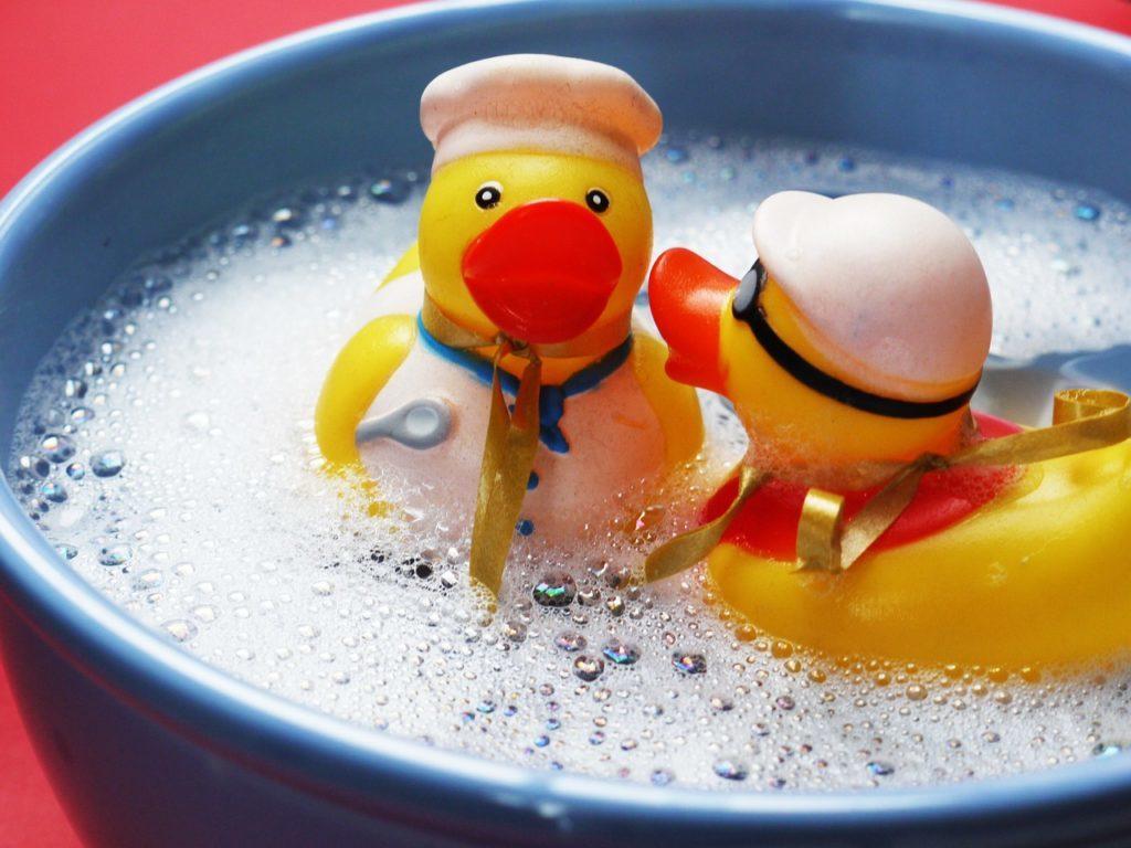 お風呂に子ども二人を入れる