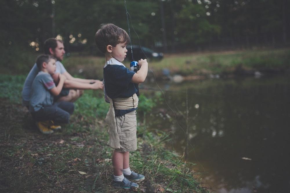 釣りに連れていってもらう子供