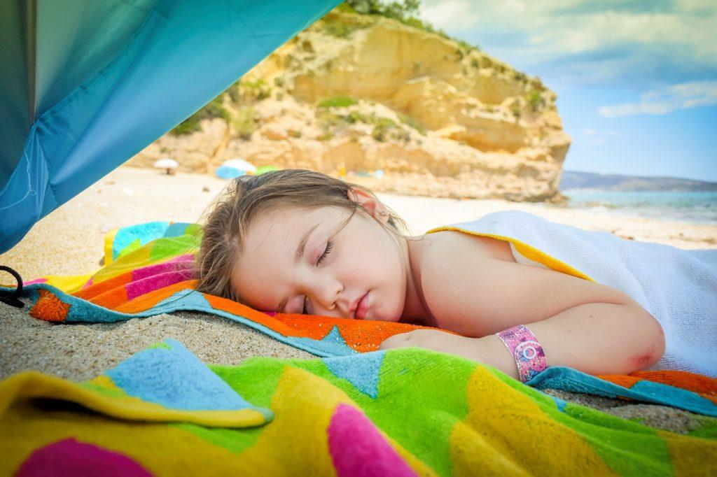 海辺で子供が休憩