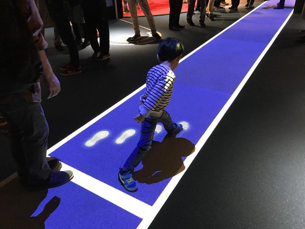 足跡でオリンピック選手のスピードを体感できる