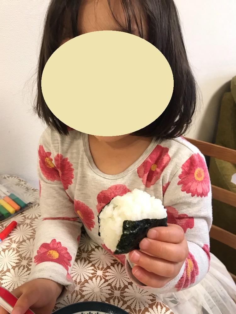のりちゃんを巻いたおにぎりを食べる娘